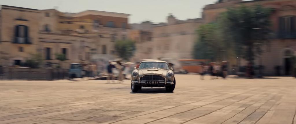 Aston Martin tijdens een actiescene in Matera.