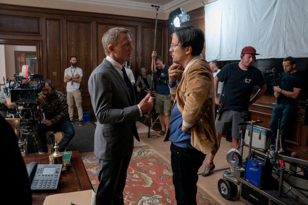 Daniel Craig (James Bond) en regisseur Cary Fukunaga bespreken een scène voor No Time To Die (2021).